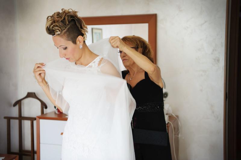 ritratto sposa che si veste