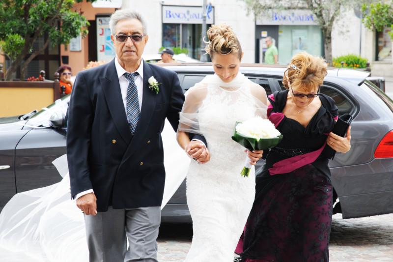 sposa che entra in chiesa