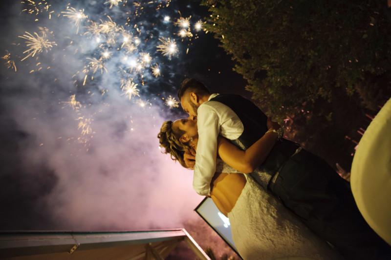 sposi sotto i fuochi d'artificio