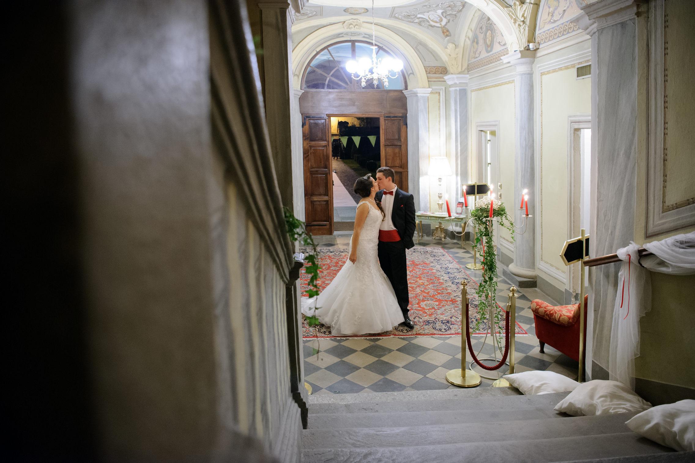 bacio degli sposi nella hall - kiss in the lobby
