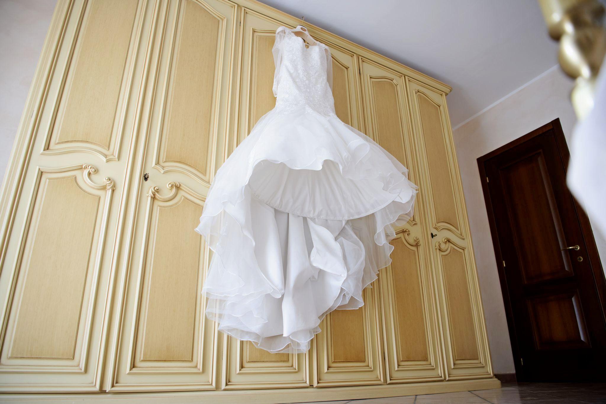 vestito sposa appeso