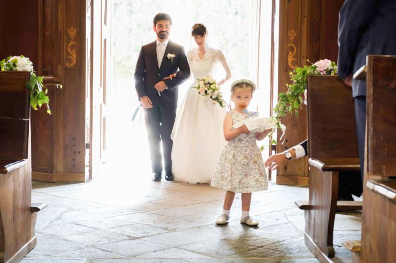 sposi all'entrata della chiesa